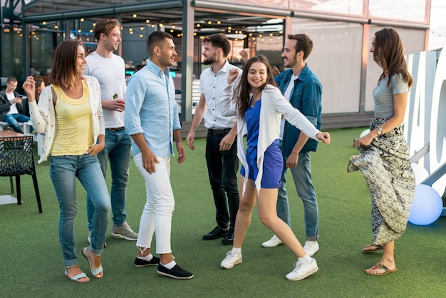 Mensen dansen op een terrasfeestje Gratis Foto