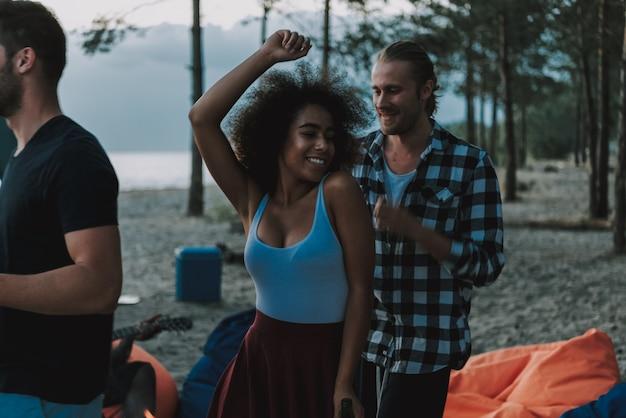 Mensen dansen op strandafro-amerikaanse gitarist Premium Foto