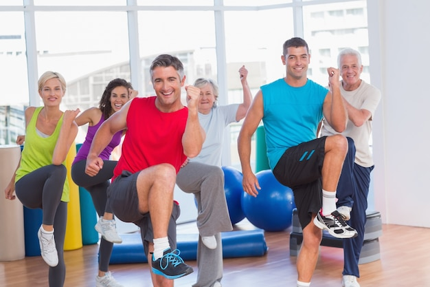 Mensen die aerobicsoefening in gymnastiekklasse uitvoeren Premium Foto