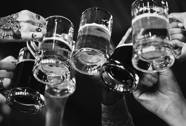 Mensen die een toast met bier maken Gratis Foto