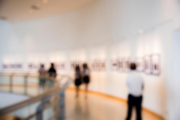 Mensen die genieten van een kunstexpositie Gratis Foto