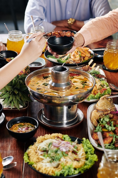 Mensen die heerlijk aziatisch eten Premium Foto