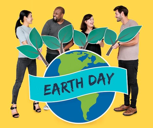 Mensen die het behoud van het milieu op de dag van de aarde ondersteunen Gratis Foto