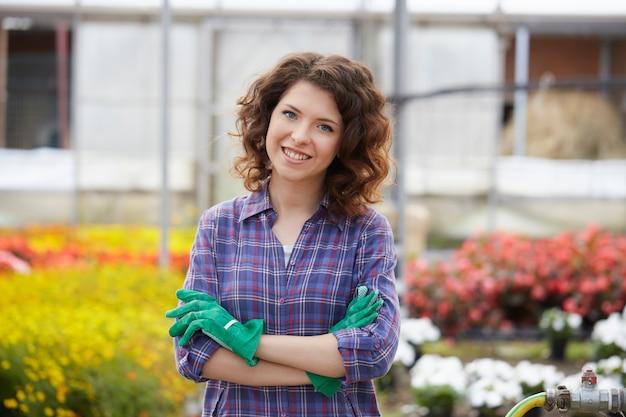 Mensen die in een tuinwinkel werken Premium Foto