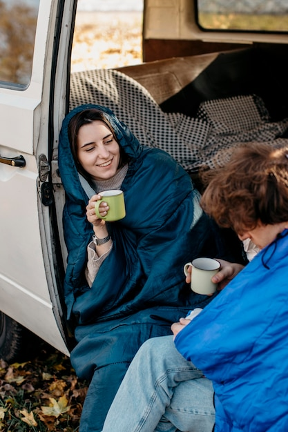 Mensen die koffie drinken in hun busje Gratis Foto