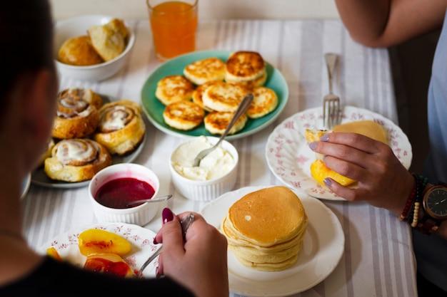 Mensen die pannekoeken hebben voor het ontbijt Gratis Foto