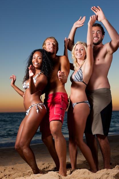 Mensen die partij hebben op het strand met drankjes Premium Foto