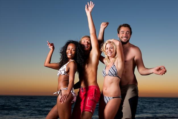Mensen die partij hebben op het strand Premium Foto