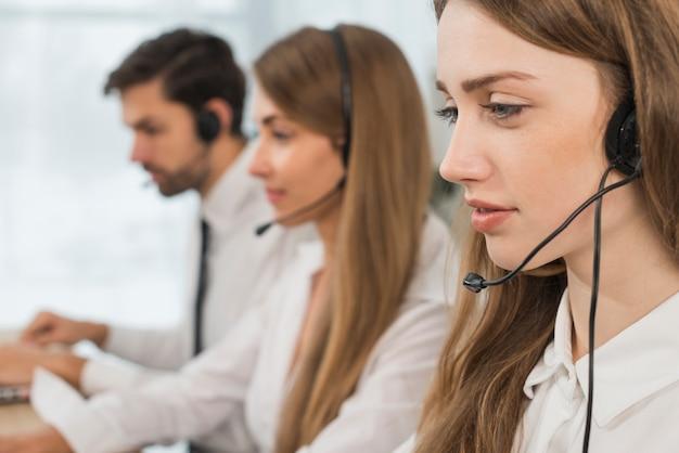 Mensen die werken in een callcenter Gratis Foto