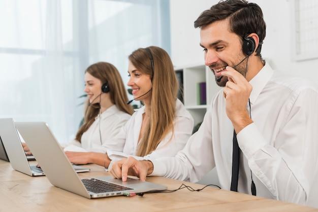 Mensen die werken in een callcenter Premium Foto