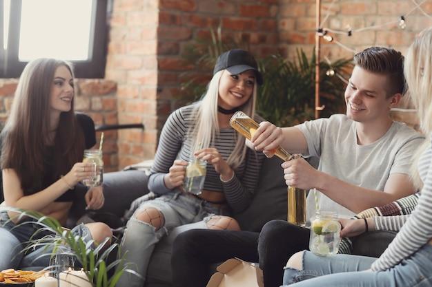 Mensen drinken en vieren aan de bar Gratis Foto