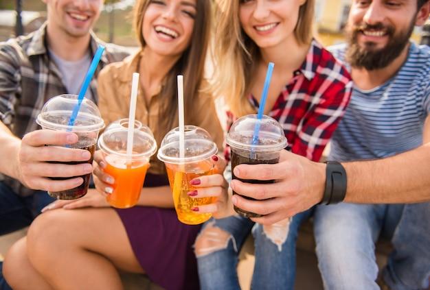 Mensen drinken samen sap in de straat. Premium Foto