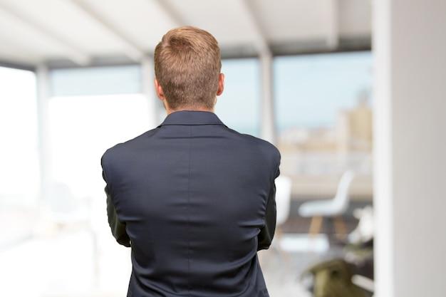 Mensen ervan overtuigd executive achter mannelijke Gratis Foto