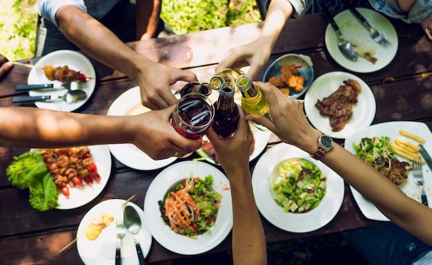 Mensen eten op vakantie. ze eten buiten het huis en kletsen bierhuis. Premium Foto