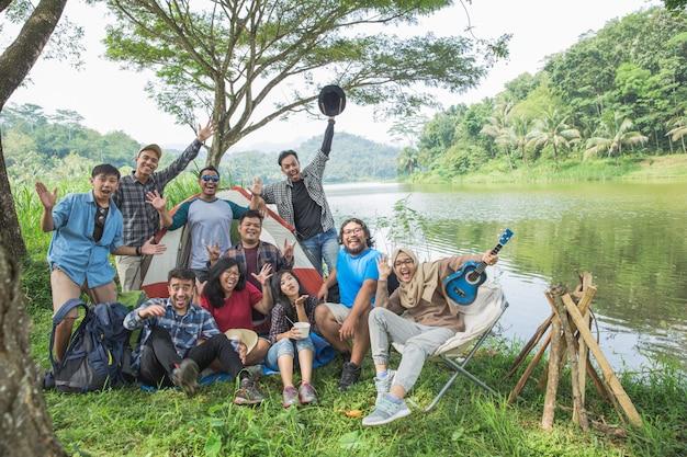Mensen genieten samen van hun vakantie kamperen Premium Foto