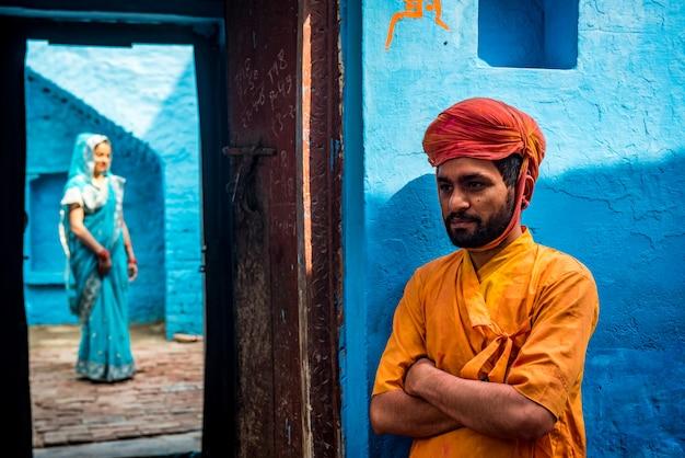 Mensen gooien kleuren naar elkaar tijdens de holi-viering in de krishna-tempel in nandgaon, india Premium Foto