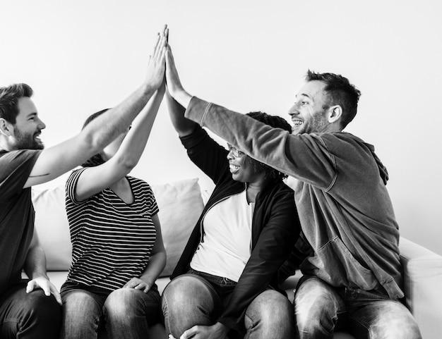 Mensen hand in hand samen Gratis Foto