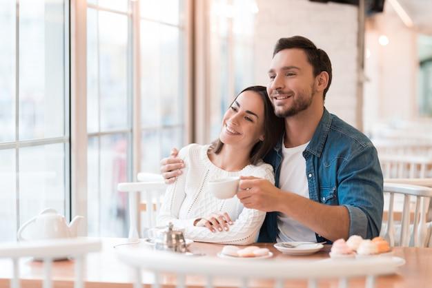 Mensen herinneren sweet memories happy couple in cafe. Premium Foto