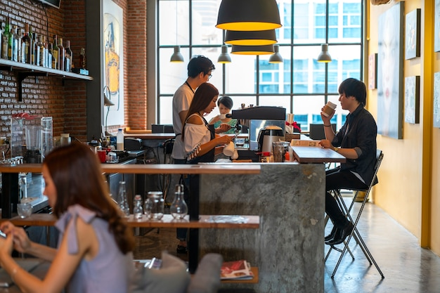 Mensen in coffeeshop Premium Foto