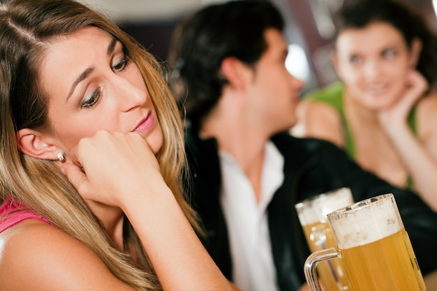 Mensen in de bar, vrouw verlaten en verdrietig Premium Foto
