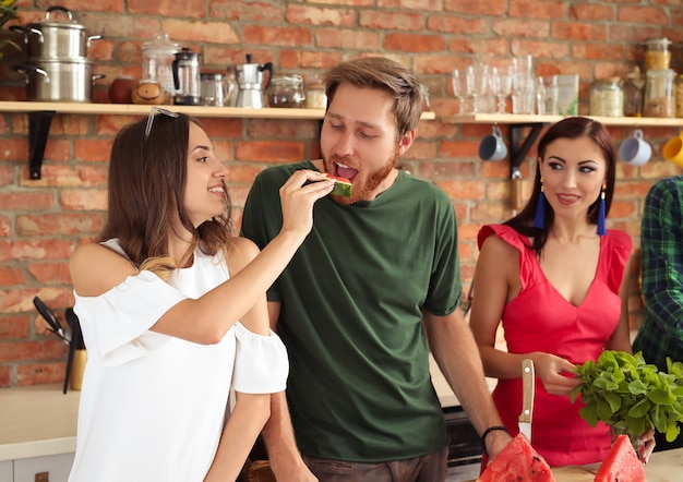 Mensen in de keuken Gratis Foto