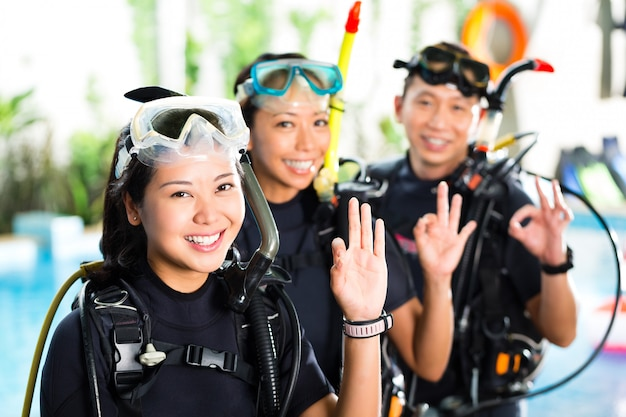 Mensen in duikschool, studenten en meester Premium Foto
