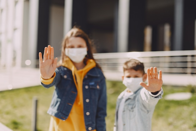 Mensen in een masker staan op straat Gratis Foto