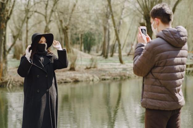 Mensen in een masker staat op straat Gratis Foto