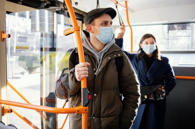 Mensen in het openbaar vervoer die een masker dragen Gratis Foto
