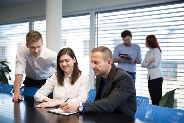 Mensen in kantoor werken aan een nieuw project Gratis Foto