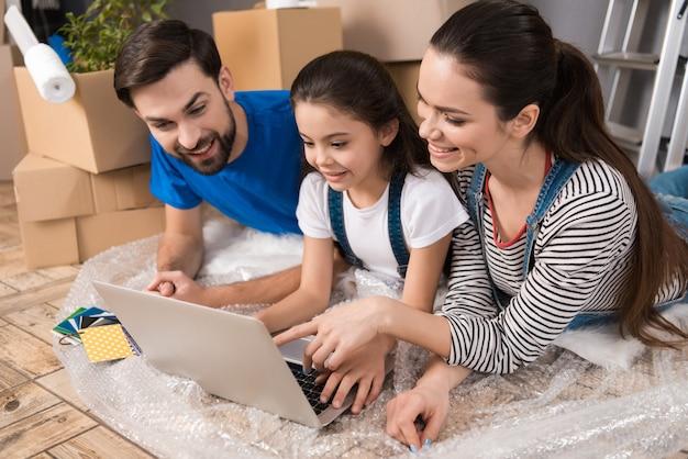 Mensen kijken naar laptop scherm bij het repareren van huis Premium Foto