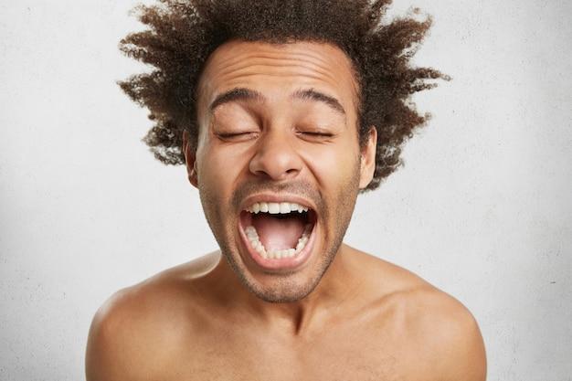 Mensen, lichaamstaal en positieve emoties concept. emotioneel blij verbaasd gemengd ras Gratis Foto