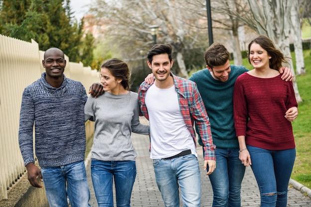Mensen lopen in de greep van de schouders Gratis Foto