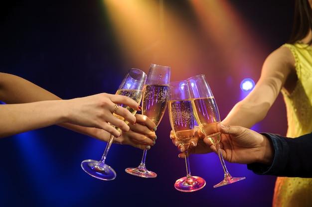 Mensen met champagne in een bar of casino met veel plezier. Premium Foto