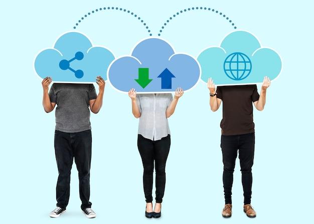 Mensen met cloud-netwerkopslagsymbolen Gratis Foto