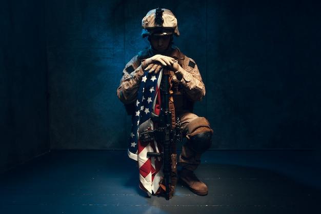 Mensen militaire uitrusting een huursoldaat in moderne tijden met amerikaanse vlag in studio Premium Foto