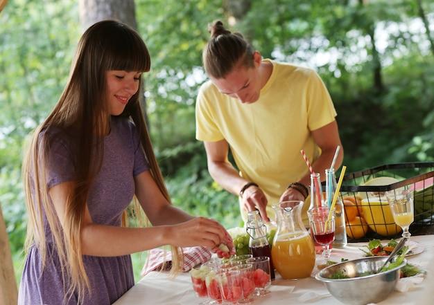 Mensen op de picknick Gratis Foto