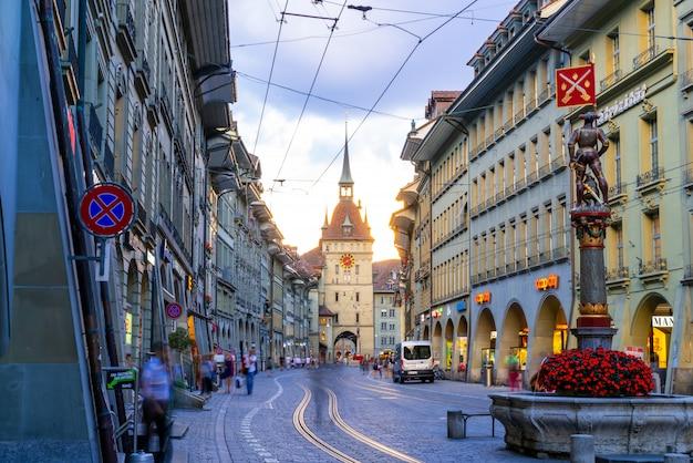 Mensen op het winkel steegje met de zytglogge astronomische klokkentoren van bern in zwitserland Premium Foto