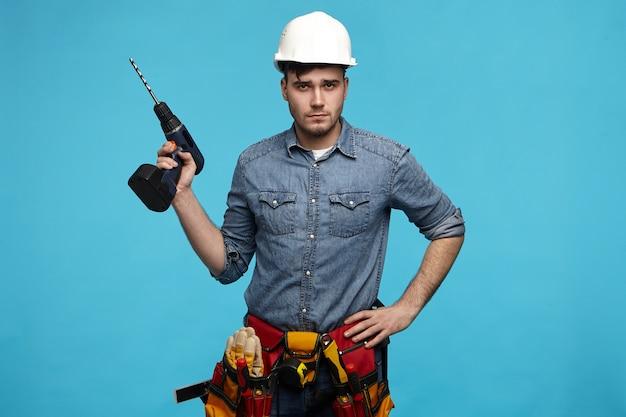Mensen, reparatie, uitrusting en renovatieconcept. Gratis Foto