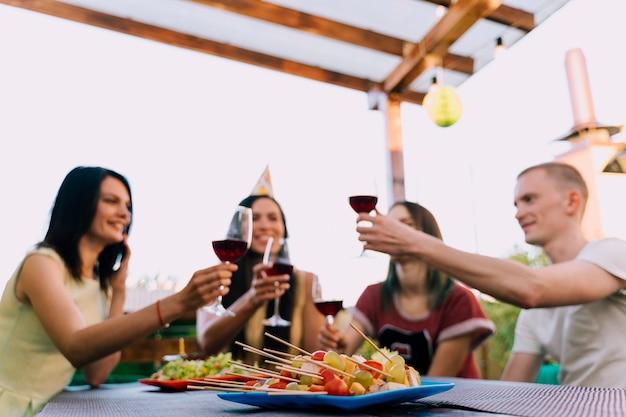 Mensen roosteren wijn op feestje Gratis Foto