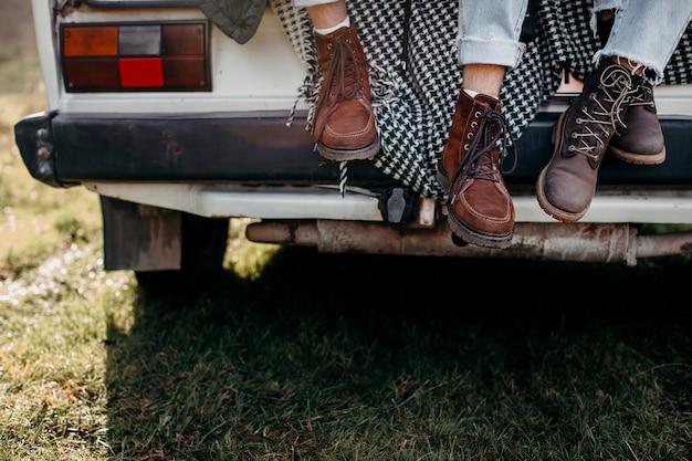Mensen schoenen op een busje buitenshuis Premium Foto