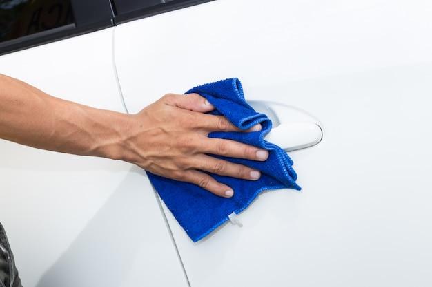 Mensen schoonmakende auto met microfiberdoek - auto detaillerende en valeting concepten Premium Foto