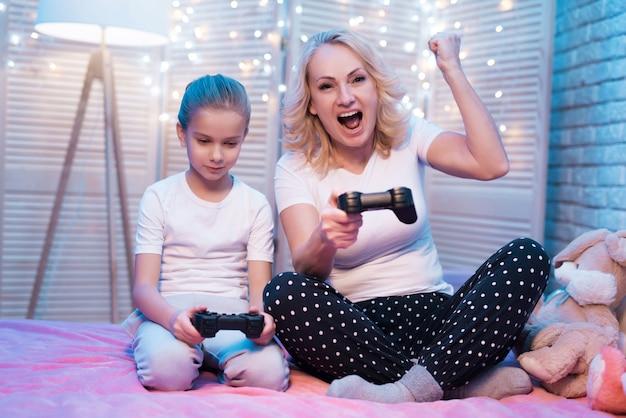 Mensen spelen videogames. vrouw wint. Premium Foto
