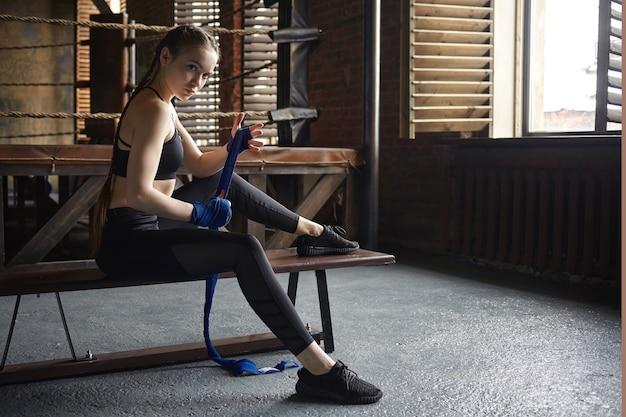 Mensen, sport, fitness, activiteit en gezondheidsconcept. actieve atletische jonge europese vrouw, gekleed in zwarte sneakers en sportkleding Gratis Foto