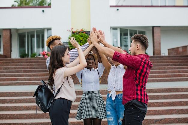 Mensen stapelen alle handen samen Gratis Foto