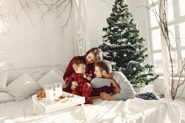 Mensen thuis. familie in een pyjama. melk en croissants op een dienblad. Gratis Foto