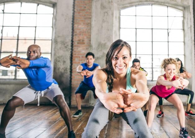 Mensen trainen in een sportschool Premium Foto
