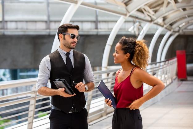 Mensen uit het bedrijfsleven bespreken elkaar voor vriendschapsdag Premium Foto