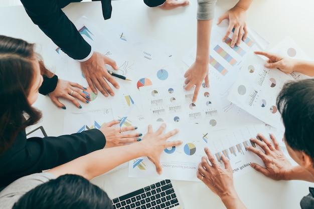 Mensen uit het bedrijfsleven bespreken of klagen de grafieken en grafieken bovenaanzicht Premium Foto