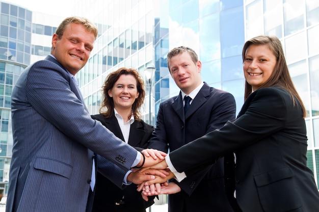Mensen uit het bedrijfsleven de handen ineen Premium Foto